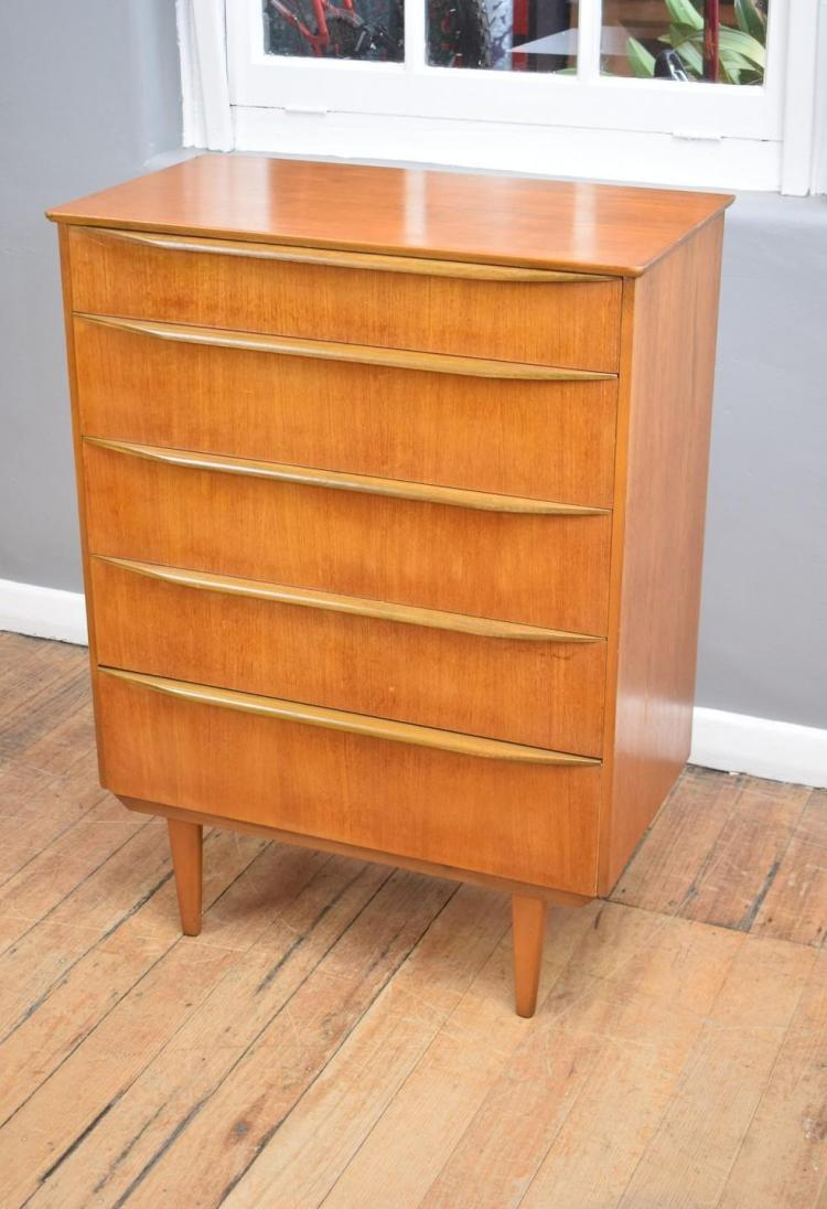 A MID-CENTURY TEAK CHEST OF DRAWERS (78cm w x 40cm d x 106cm h)