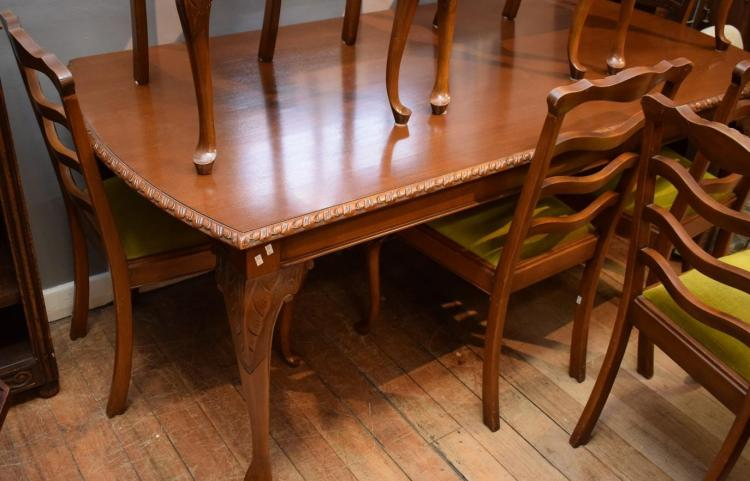 A QUEEN ANNE STYLE DINING TABLE