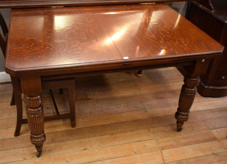 A LATE VICTORIAN  OAK EXTENSION DINING TABLE - w/ ADDITIONAL LEAVES AND WINDER (75cm h x 1.05m w x 1.25m l)