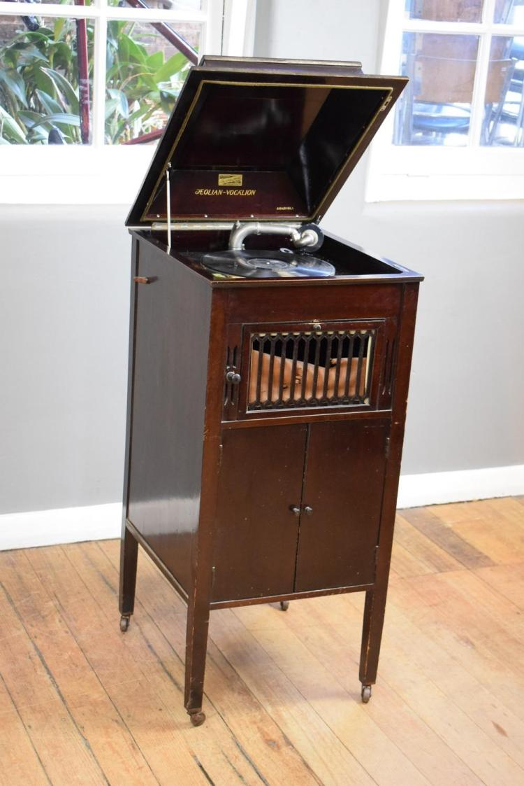 AN EARLY 20TH CENTURY GRAMOPHONE