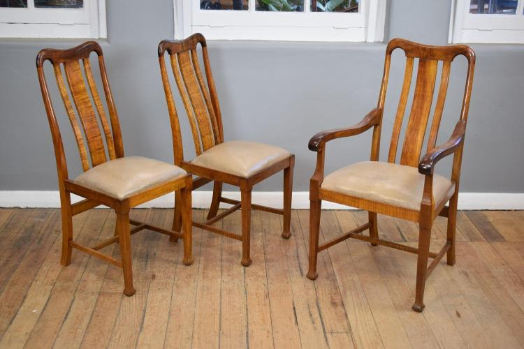 A SET OF SIX QUEEN ANNE STYLE DINING CHAIRS