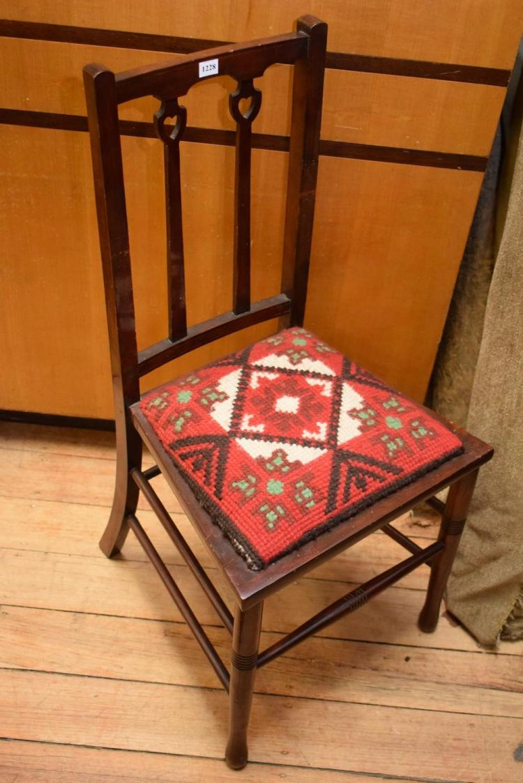 AN EARLY 20TH CENTURY TAPESTRY CHAIR