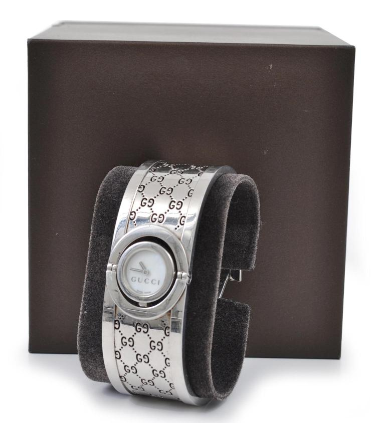 A LADIES WRISTWATCH BY GUCCI