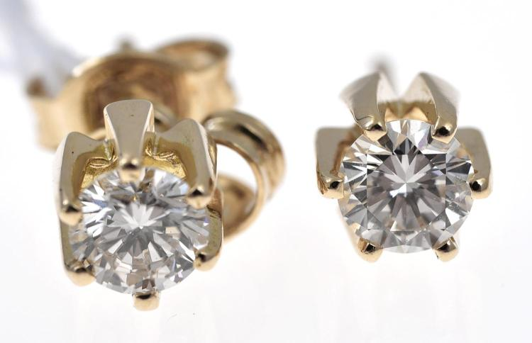 A PAIR OF DIAMOND STUD EARRINGS, OF APPROXIMATELY 0.75CTS IN TOTAL, IN 18CT GOLD