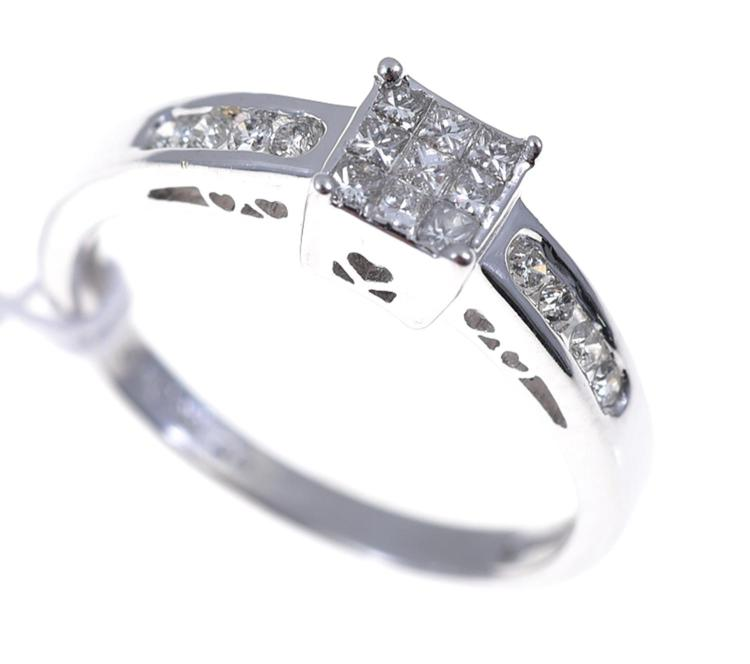 AN ILLUSION SET DIAMOND DRESS RING SET IN 18CT WHITE GOLD.