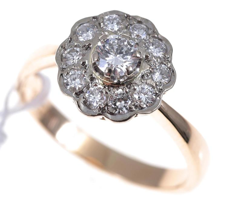 A DIAMOND FLOWER CLUSTER RING SET IN 18CT GOLD.
