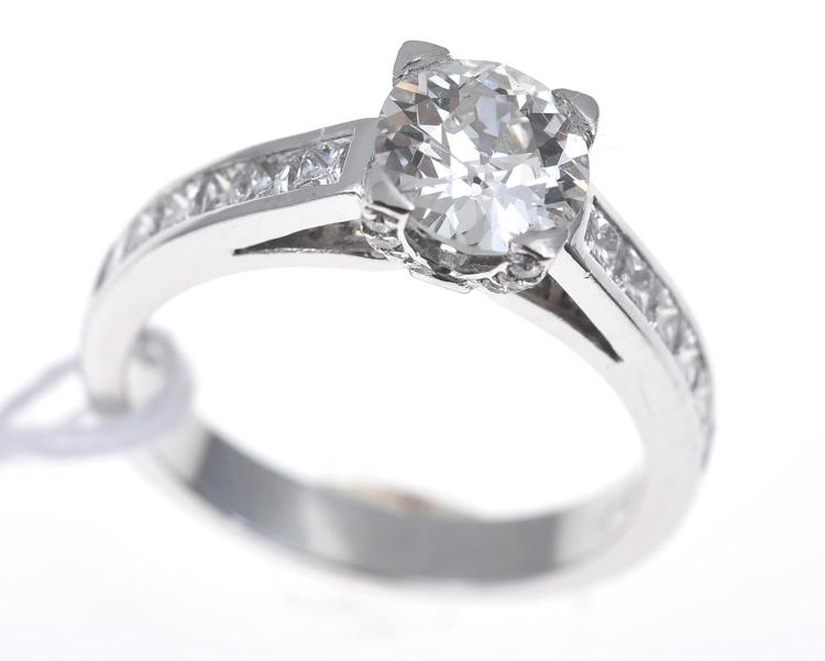 AN OLD EUROPEAN CUT DIAMOND SOLITARE RING, OF APPROXIMATELY 1.00CTS, WITH PRINCESS CUT DIAMOND SHOULDERS, IN 18CT WHITE GOLD