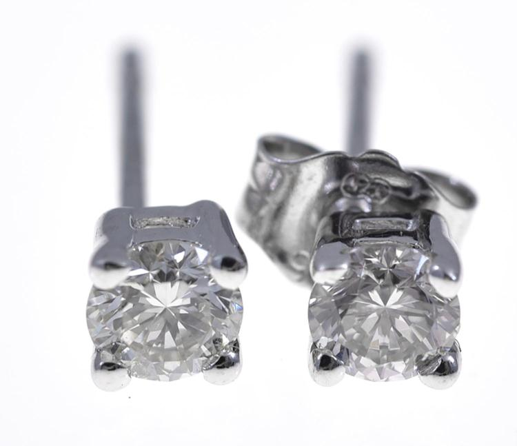 A PAIR OF DIAMOND STUD EARRINGS WEIGHING 0.28CTS, SET IN 18CT GOLD