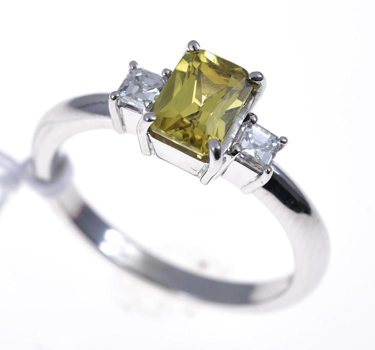 A THREE STONE YELLOW SAPPHIRE AND DIAMOND RING SET IN 18CT WHITE GOLD