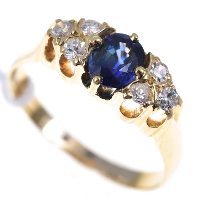 AN ANTIQUE STYLE SAPPHIRE AND DIAMOND RING SET IN 18CT GOLD
