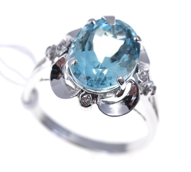 AN AQUAMARINE AND DIAMOND DRESS RING SET IN 18CT WHITE GOLD