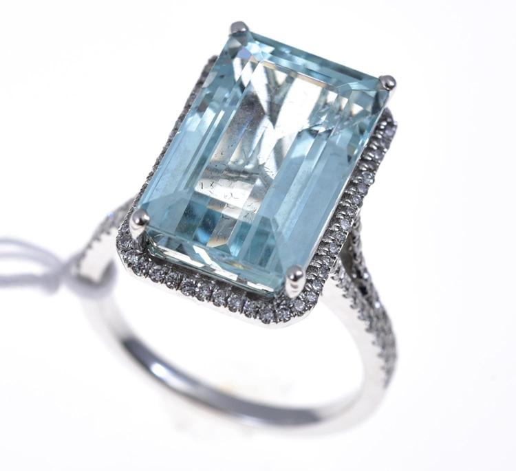 AN EMERALD CUT AQUAMARINE RING