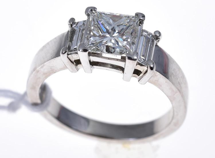 A DIAMOND RING IN WHITE GOLD