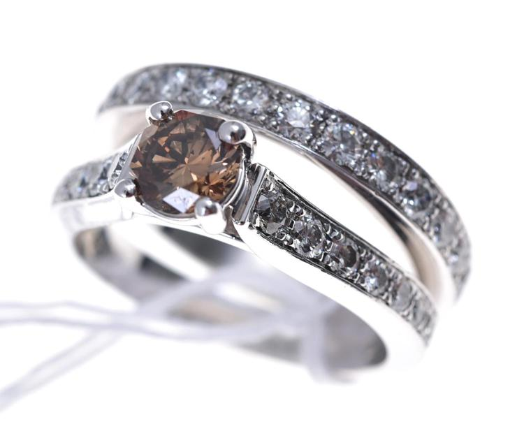 A COGNAC DIAMOND RING IN PLATINUM, WITH A WEDDER