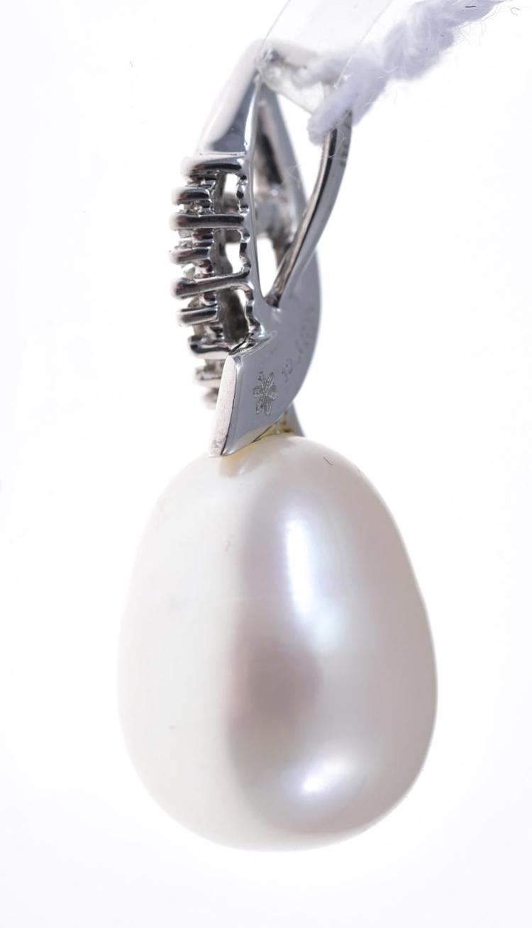 A LARGE FRESH WATER PEARL AND DIAMOND PENDANT, IN 18CT WHITE GOLD