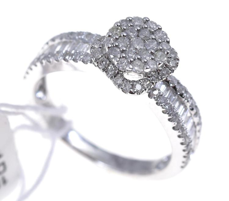 A DIAMOND SET RING, WITH SPINNING HALO DETAIL, IN 18CT WHITE GOLD