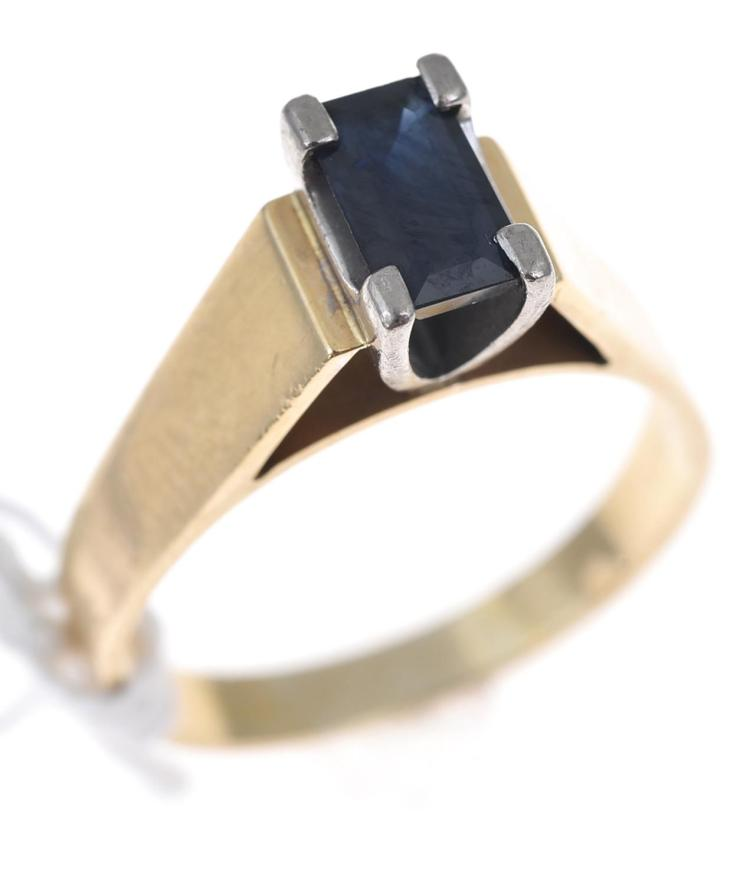 A SAPPHIRE DRESS RING, IN 18CT GOLD