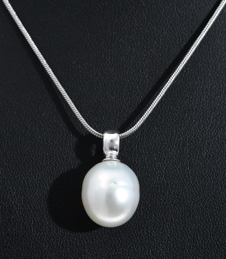 A SOUTH SEA PEARL PENDANT MEASURING 13.7 X 15.7MM, IN 9CT WHITE GOLD