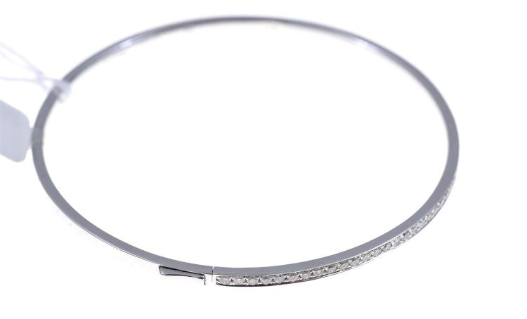 A DIAMOND SET HINGED BANGLE, IN 18CT WHITE GOLD