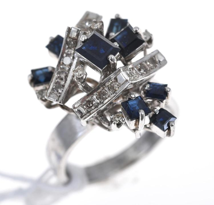 A RETRO SAPPHIRE AND DIAMOND DRESS RING, IN WHITE METAL