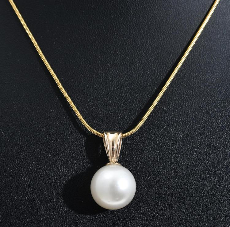 A SOUTH SEA PEARL PENDANT, PEARL MEASURING 14MM, IN 14CT GOLD