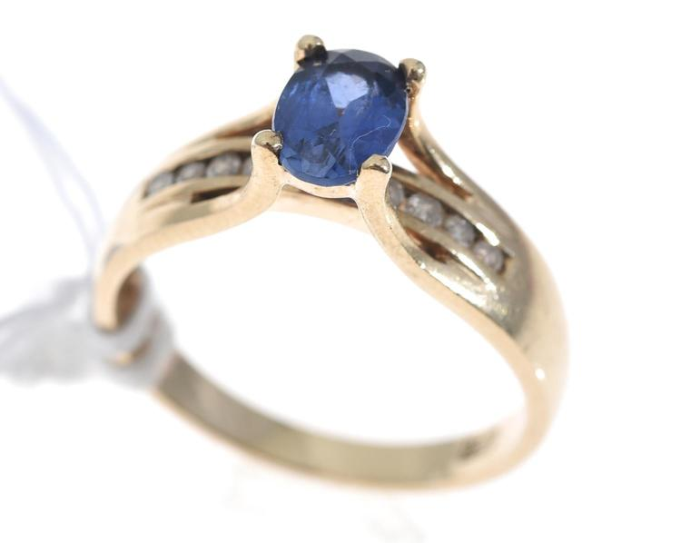 A SAPPHIRE AND DIAMOND DRESS RING IN 9CT GOLD