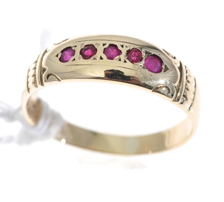 A RUBY SET DRESS RING, IN 9CT GOLD