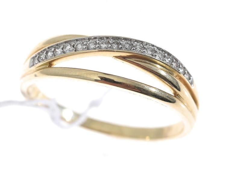 A DIAMOND SET CROSS OVER STYLE RING, IN GOLD