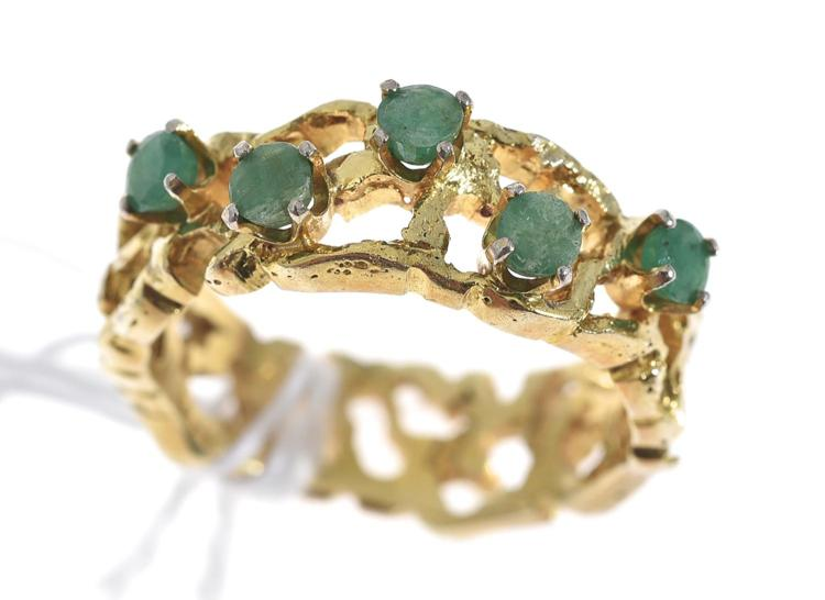 AN EMERALD SET DRESS RING, IN 14CT GOLD
