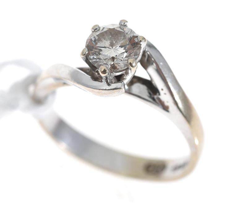 A SOLITAIRE DIAMOND RING OF APPROXIMATELY 0.50CTS, IN 18CT WHITE GOLD