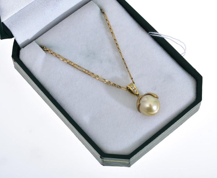 A GOLDEN SOUTH SEA PEARL PENDANT TO A DIAMOND BALE AND MOUNT IN 18CT GOLD SUSPENDED FROM A 9CT GOLD CHAIN