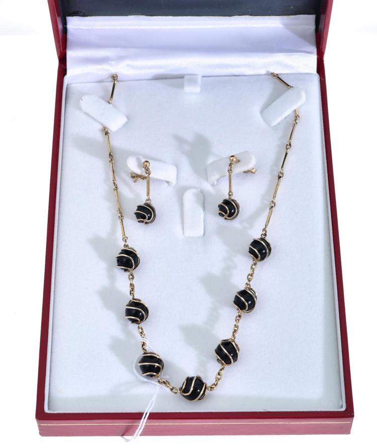 AN ONYX NECKLACE AND EARRINGS IN GOLD