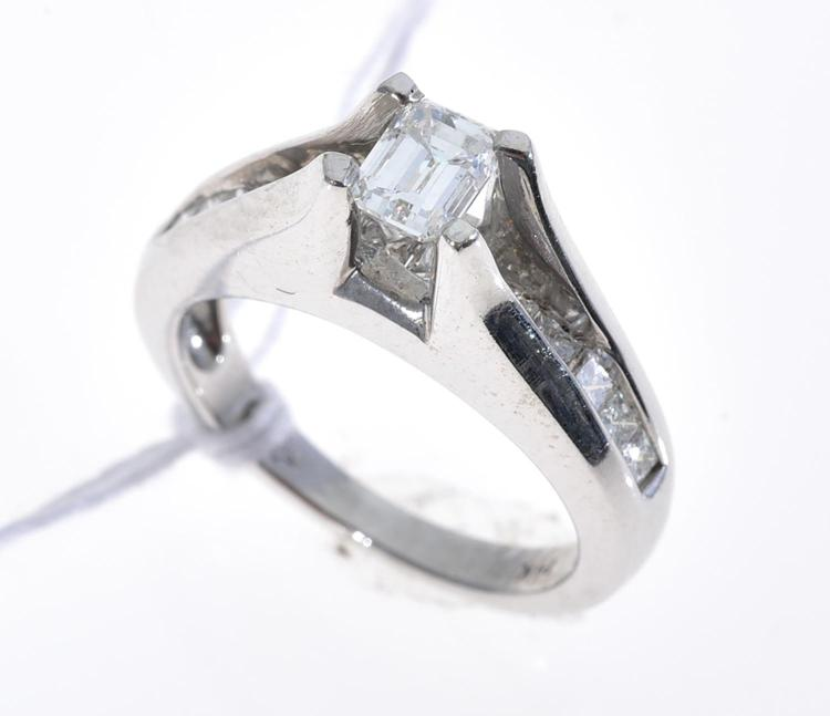 A DIAMOND RING SET IN 18CT WHITE GOLD.