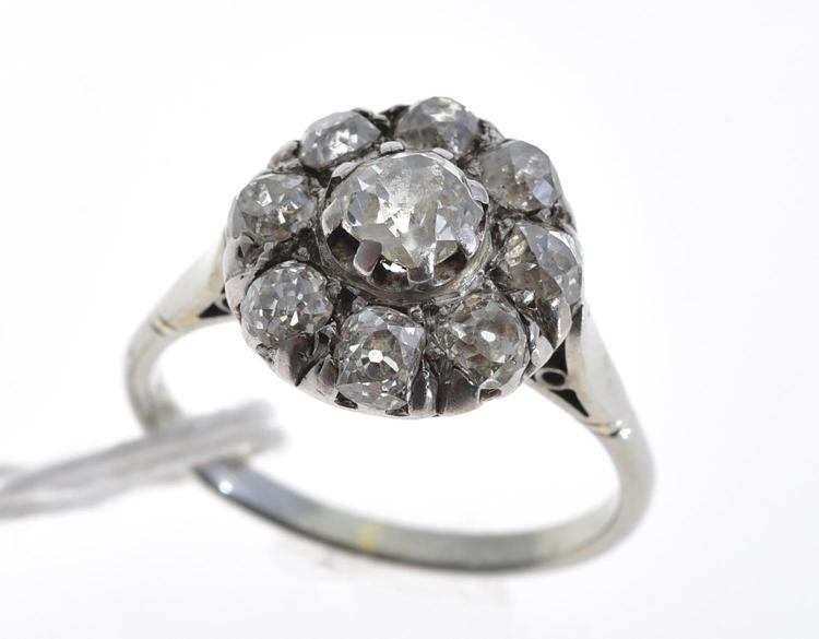 AN OLD CUT DIAMOND CLUSTER RING, WITH AN  APPROXIMATE TOTAL DIAMOND WEIGHT OF 1.00CTS IN PLATINUM AND 18CT WHITE GOLD