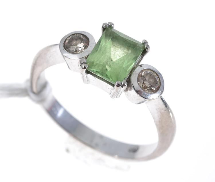 A PERIDOT AND COGNAC DIAMOND RING IN 18CT WHITE GOLD
