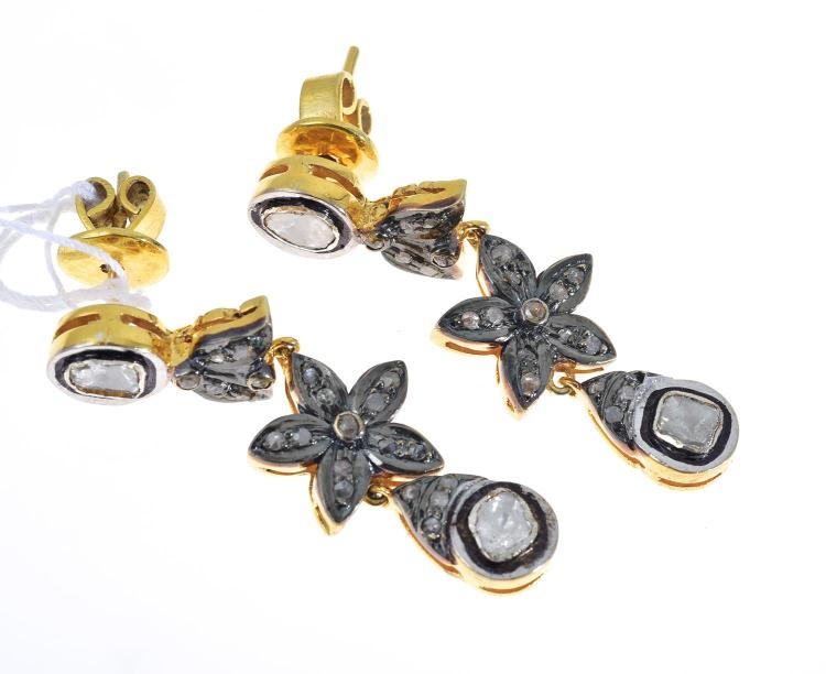 A PAIR OF DIAMOND DROP EARRINGS IN SILVER GILT