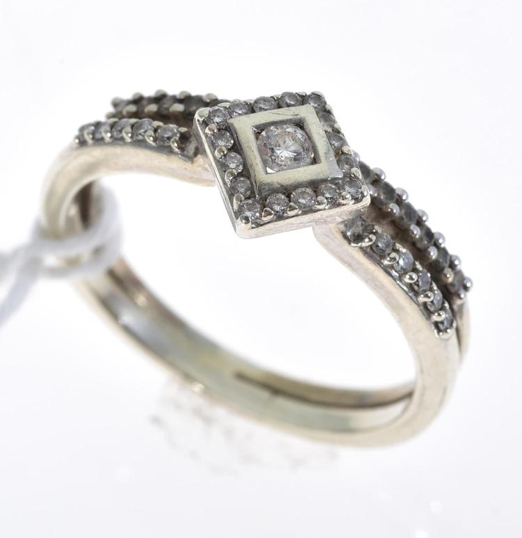 A DIAMOND RING AND WEDDER IN 9CT WHITE GOLD