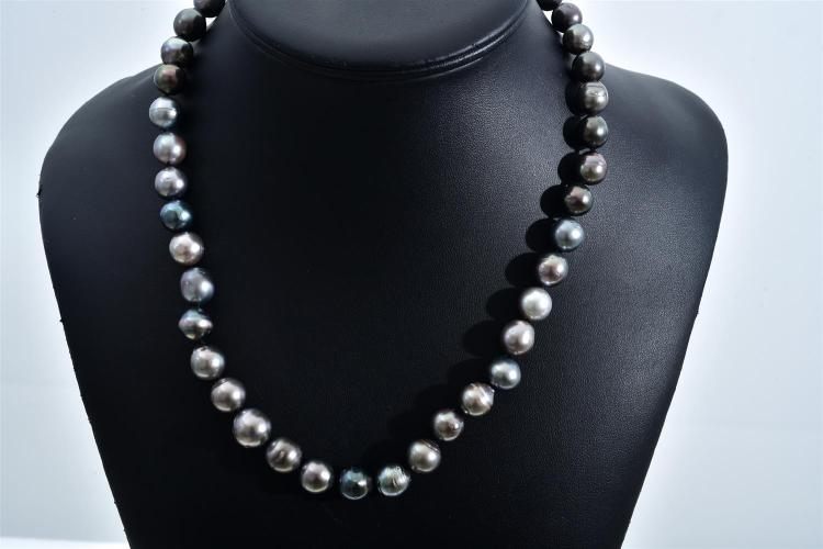 A TAHITIAN PEARL NECKLACE COMPRISING FORTY THREE BAROQUE TO A 14CT WHITE GOLD CLASP