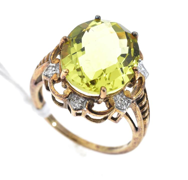 A CITRINE AND DIAMOND RING, APPROXIMATE WEIGHT OF CITRINE 5.90CTS, IN 9CT GOLD