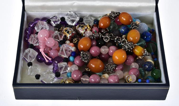 A BOX OF ASSORTED SEMI PRECIOUS STONE SET BRACELET INCLUDING ROSE QUARTZ, AMBER, AMETHYST, CLOISONNE ETC