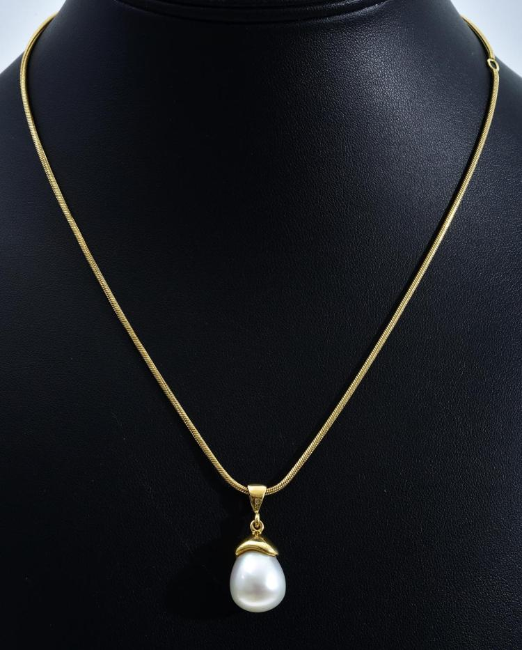 A SOUTH SEA PEARL PENDANT AND CHAIN SET IN 18CT GOLD