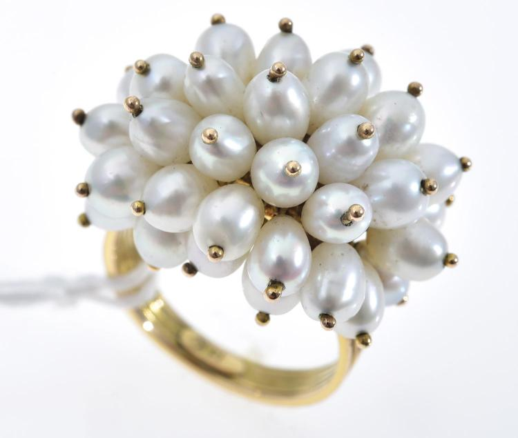 A FRESHWATER PEARL RING IN 14CT GOLD.