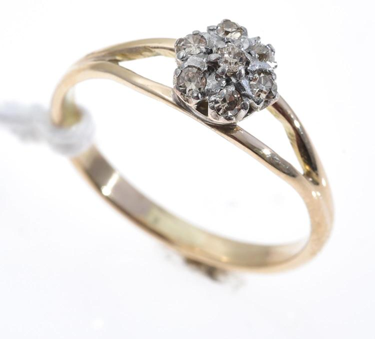 AN ANTIQUE DIAMOND SET CLUSTER RING IN ROSE GOLD.