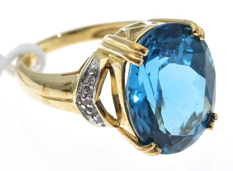 A TOPAZ AND DIAMOND RING, TOPAZ WEIGHING APPROXIMATELY 10.45CTS, MOUNTED IN 9CT GOLD
