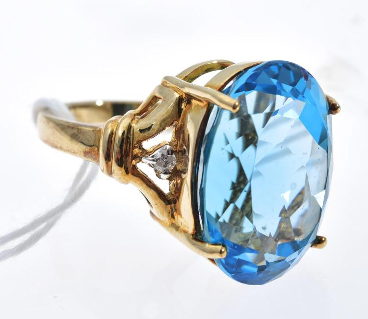 A TOPAZ RING MOUNTED IN 9CT GOLD