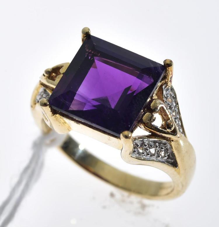 AN AMETHYST AND WHITE TOPAZ RING, AMETHYST WEIGHING APPROXIMATELY 4.04CTS, MOUNTED IN 9CT GOLD