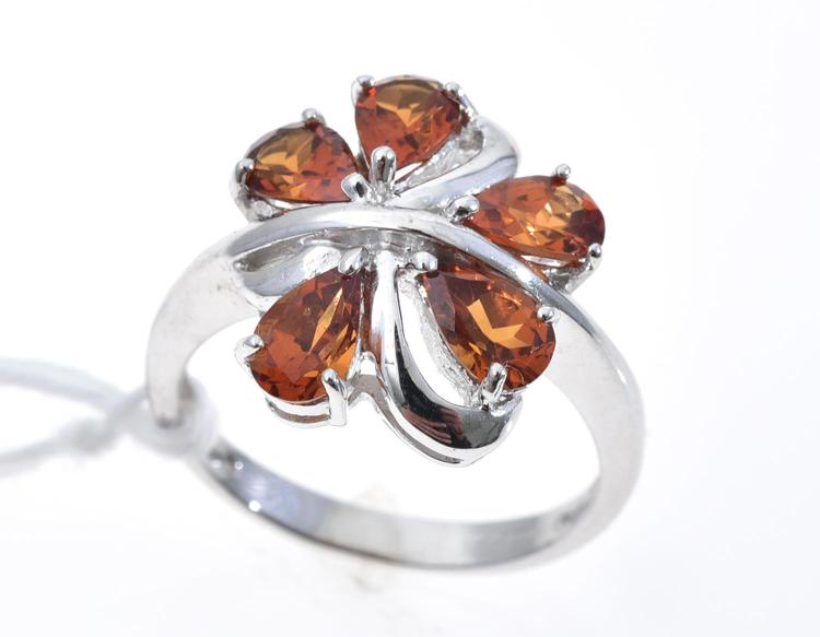 A GARNET RING MOUNTED IN 9CT WHITE GOLD