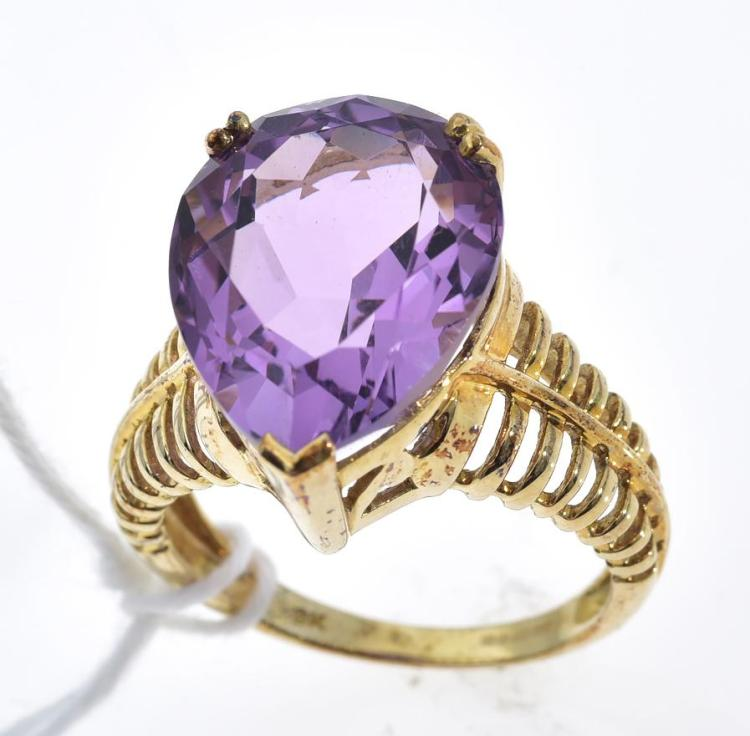 AN AMETHYST RING MOUNTED IN 9CT GOLD