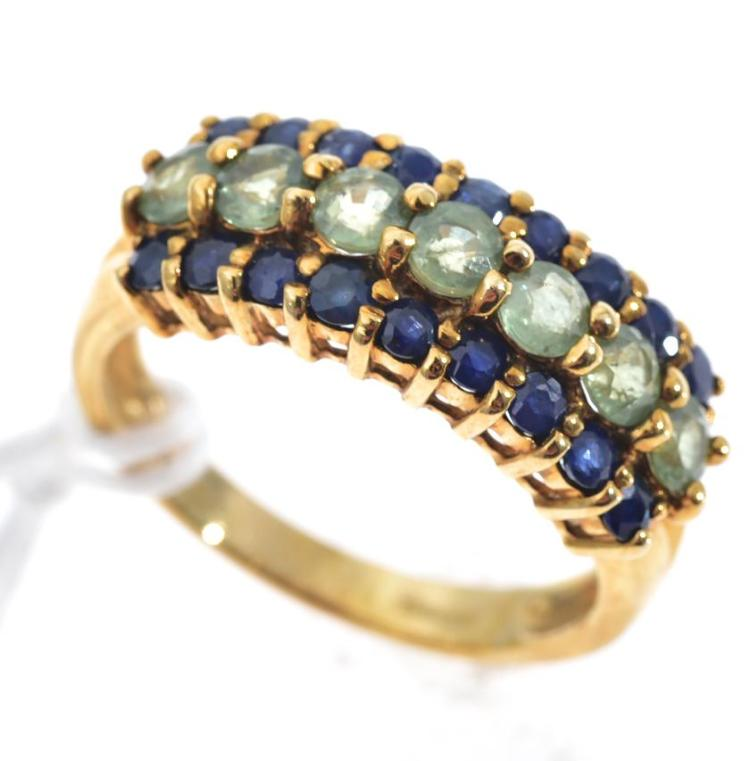 A GREEN AND BLUE SAPPHIRE RING MOUNTED IN 9CT GOLD