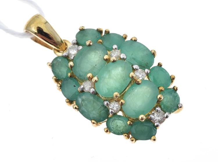 AN EMERALD AND DIAMOND PENDANT MOUNTED IN 9CT GOLD